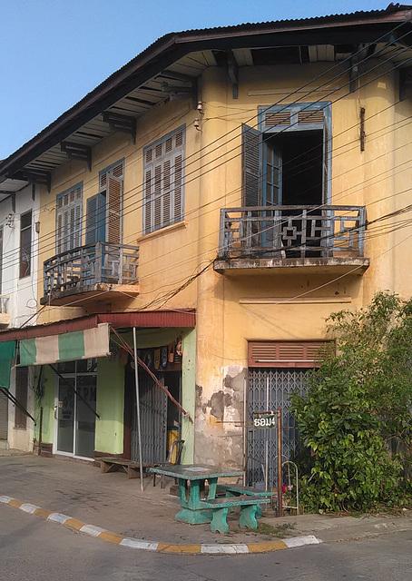 Deux bancs....deux balcons / 2 benches.....2 balconies