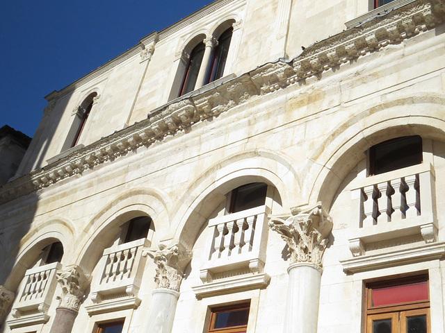 Split : les arcades de l'hôtel Luxor.
