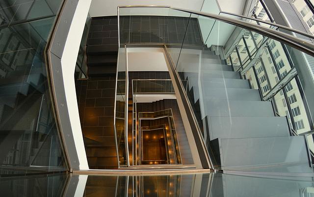 Das Treppenhaus mit vielen Glaselementen