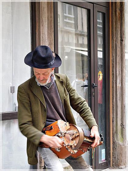 Vielleux et sa Vielle à roue à Dinan (22)