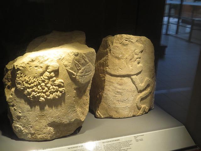 Jublains : pilier à décor de masques.