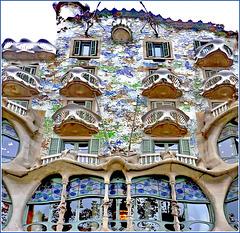 Barcellona : Casa Batlló , vista dal basso davanti all'ingresso principale.