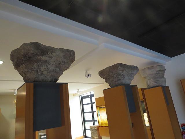 Jublains : chapiteaux de colonnes.