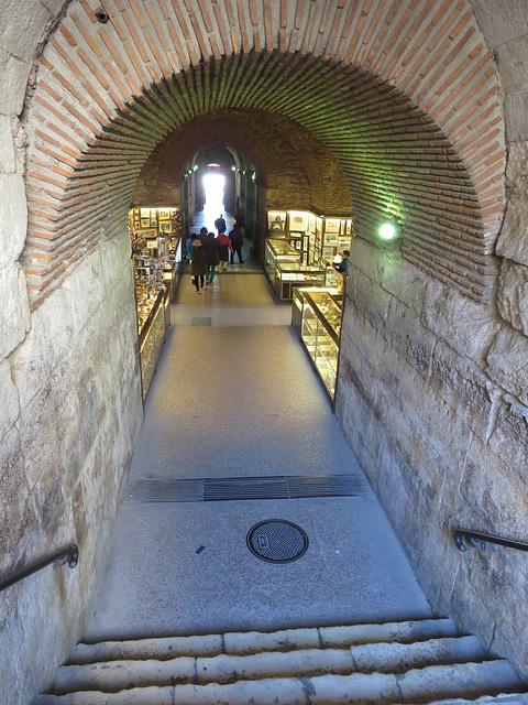 Split : salles souterraines sous le péristyle.
