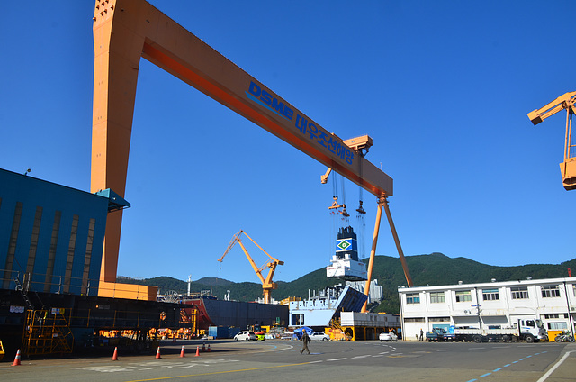 Heavy lift gantry in DSME shipyard