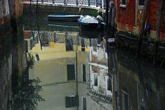 Venezianische Häuser im Spiegel eines Kanales