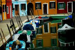 Bunte Häuser am stillen Kanal
