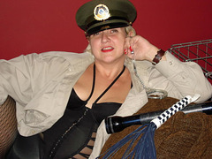 Provocation et menottes / Teasing with handcuff and flog