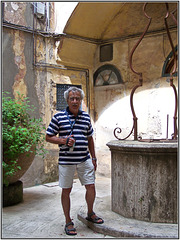 Capri : il chiostro della casa antica e 'il fotografo' con videocamera - (804)