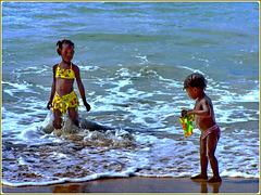 Seychelles : i bambini di tutto il mondo giocano nell'acqua del mare senza stancarsi  mai...