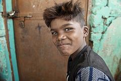 Enfant du bidonville de la gare de Varanasi