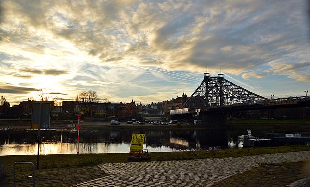 """Sonnenuntergang in Loschwitz ( Dresden ), bei der Brücke """"blaues Wunder"""""""