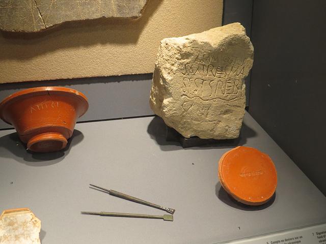 Jublains : matériel domestique, 2 et inscription énigmatique..