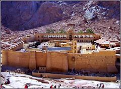 SINAI : Sono salito un pò in alto per fare questo scatto dove si vede l'interno del monastero ed anche, a sinistra, la strada pedonale per salire al monte Sinai - oltre 4000 gradini creati con altrettanti lastroni di granito per raggiungere i 2600 m