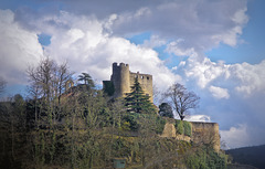 Crémieu (38) 20 mars 2013. Le château Delphinal (versant ouest)