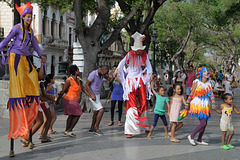 Dancing on the city mainroad in Havana Vieja