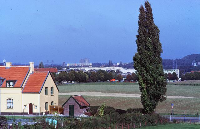 view richting vrieheide vanaf spoordijk kissel leenhof ,Heerlen 1986