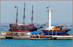 SIDE : belle barche girano in questo piccolo porto