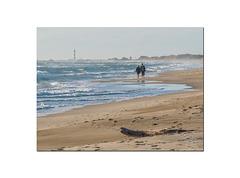 Le phare de Faraman au loin dans la brume de mer.