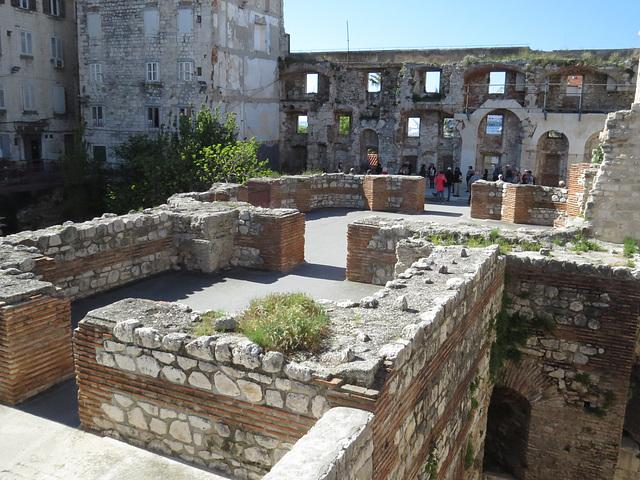 Place Severova : triclinia antiques.