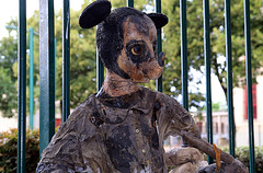 Aux puces de Vanves , un bien curieux Mickey de 1,70m , avec des vrais vêtements collés . Faudra m'expliquer....