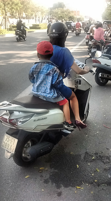 Jeune Maman Vietamienne en talons hauts
