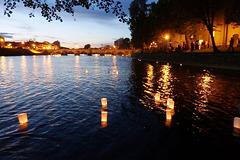 Sendado de lampionoj kun deziroj sur la rivero Otava en Písek