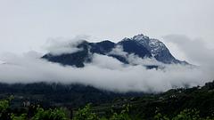 Montagne immerse nella nebbia