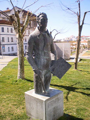 Statue of painter Dórdio Guimarães.