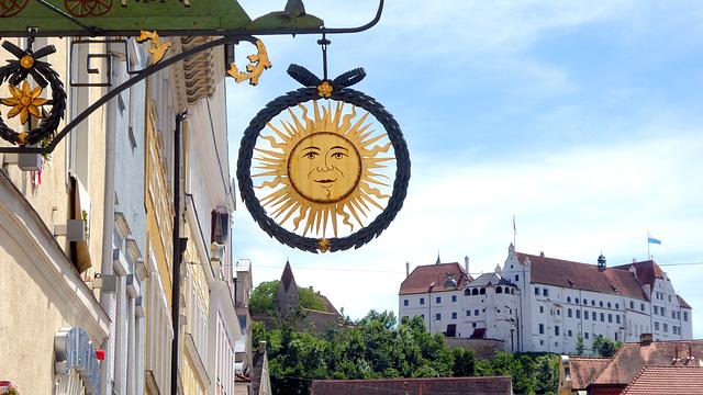 Landshut - Nasenschild in der Neustadt und Burg Trausnitz