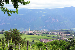 Blick über Sankt Pauls (Eppan) und das Etschtal zum Tschögglberg