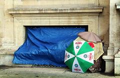 Campement de fortune devant le Louvre