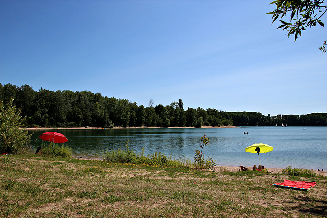 Die Sonne geniessen am See an den ersten Sommertagen