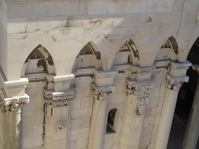 Les toits de Split : pilastres de la cathédrale.