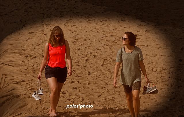 Por la arena y descalzas