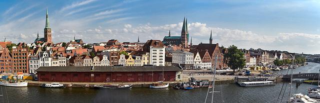 Blick von den Mediadocks auf Lübeck