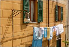 Genova : Panni stesi e lampione sul Rio Nervi - (919)