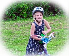 Ma petite voisine sur son vélo !
