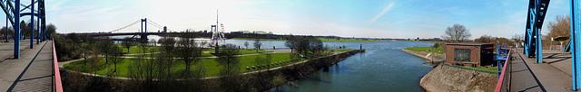 Rundblick von der Brücke über den Eisenbahnhafen