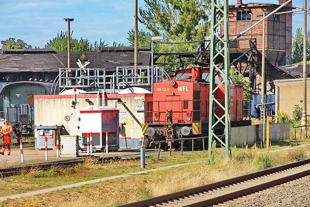 Diesellok V 100 (WFL 203 112-8) in Schwerin an der Dieseltankstelle