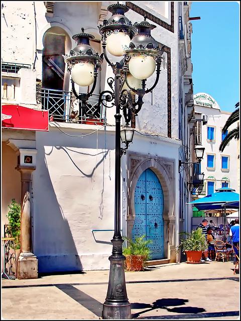 Tunisi : in questa piazza inizia la Medina - fontane , lampioni e porte  molto originali