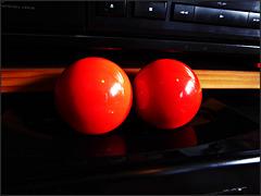 zwei rote Kugeln