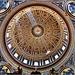 Vaticano : La grande cupola di San Pietro che sovrasta il sontuoso altare