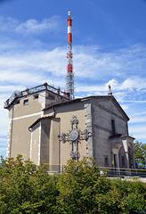 Kirche und Sendeturm auf dem Monte San Salvatore