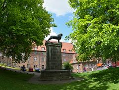 Domkirchhof in Lübeck mit Löwenstatue (PiP)