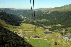 Du haut du téléphérique du Puy de Sancy la vue plonge  sur la vallée du MontDore.