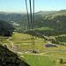 Du haut du téléphérique du Puy de Sancy la vue plonge  sur la vallée de la rivière la Dogne. Au fond la ville station thermale du Mont Dore.