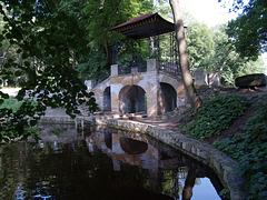 В парке Александрия, Китайский мостик