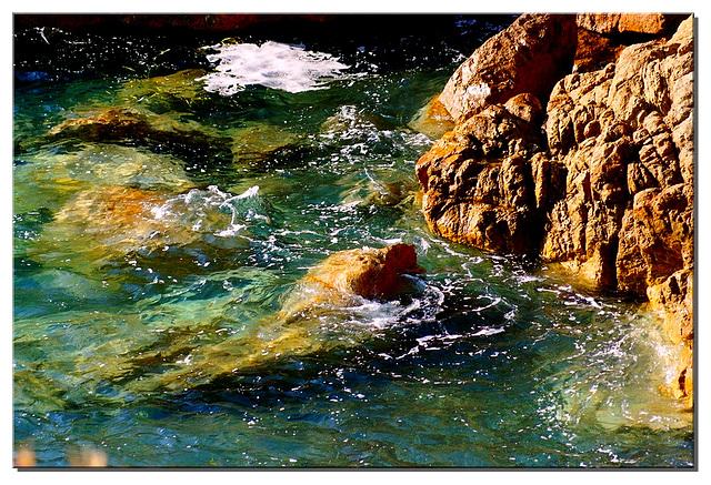 La mer existe dans la patience d'un désir baigner la lumière