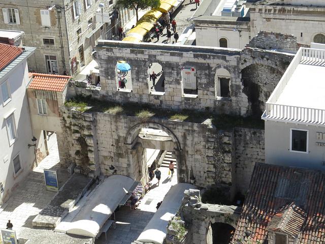 En haut de la cathédrale : la porte est.